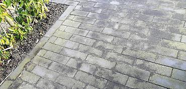 Last van groene aanslag op je tuintegels?